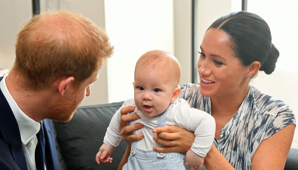 TO ÅR: Hertugparets sønn fyller to år i dag. I den anledning har den britiske kongefamilien sendt gratulasjoner. Det falt ikke i god jord hos følgerne. Foto: Toby Melville / Pa Photos / NTB