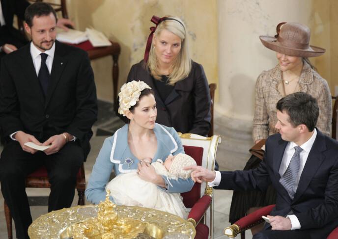 FADDERE: Både det norske og svenske kongehuset deltok i prins Christians dåp, men blir ikke å se når han skal konfirmeres neste uke. Foto: Sven Nackstrand / AFP / NTB