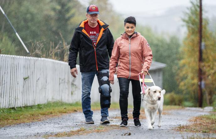 HOLDER SAMMEN: Terje Leer ute på tur med sin sterke kone Åse Line, her avbildet høsten 2019. Åse Line er blind og trenger førerhund. Foto: Espen Solli/ Se og Hør