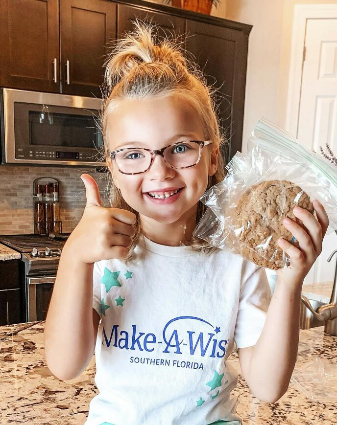 BAKER FOR ANDRE: Strålende fornøyd med å være frisk, har Kinsley bakt kaker som hun selger til inntekt for andre barn med kreft. Foto: Media Drum World