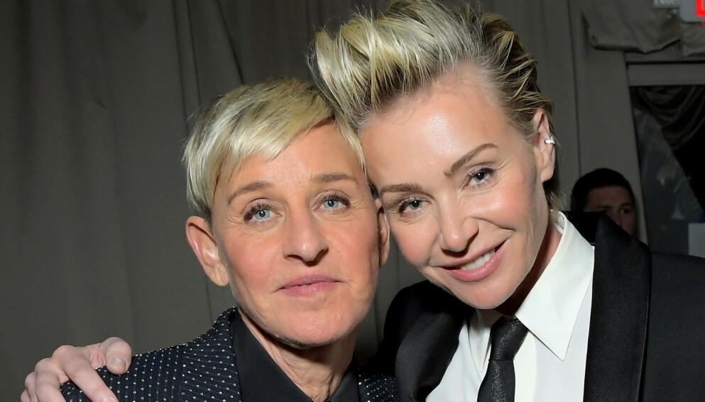 SAMBOERE: I et nytt videoklipp avslører Ellen DeGeneres at hun har skaffet seg en ny «samboer». Her avbildet med kona Portia de Rossi. Foto: Charley Gallay / AFP / NTB
