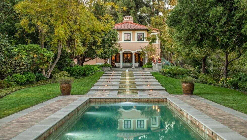 SELGER: Utenfor boligen finnes det en frodig hage med basseng. Foto: Compass/ Shawn Bishop/ MEGA/ NTB