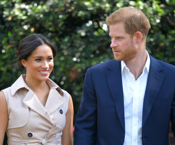 HOLDER SAMMEN: Hertuginne Meghan og prins Harry har vært i hardt vær i det siste, men holder sammen. Foto: Dominic Lipinski / Pool / AP