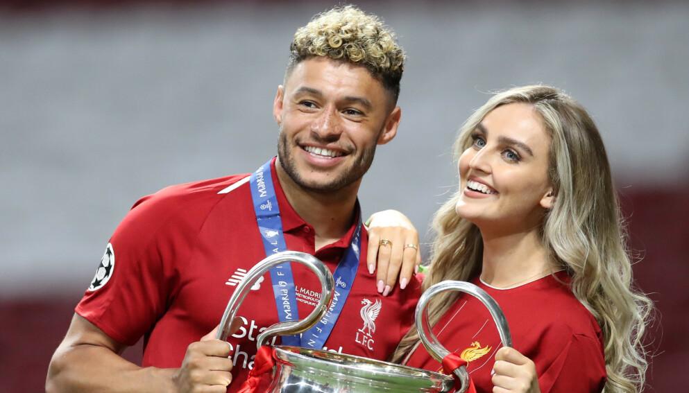 VENTER BARN: Liverpool-stjernen Alex Oxlade-Chamberlain og popstjernen Perrie Edwards er i lykkelige omstendigheter. Foto: REUTERS/Carl Recine