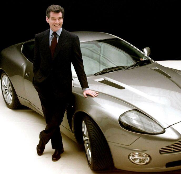 FYR OG FLAMME: Pierce Brosnan med en Aston Martin V12 Vanquish i 2002, i forbindelse med innspillingen av James Bond. Også privat hadde Brosnan den samme modellen, men bilen gikk tapt i en brann i familiens hus i 2015. Foto: NTB