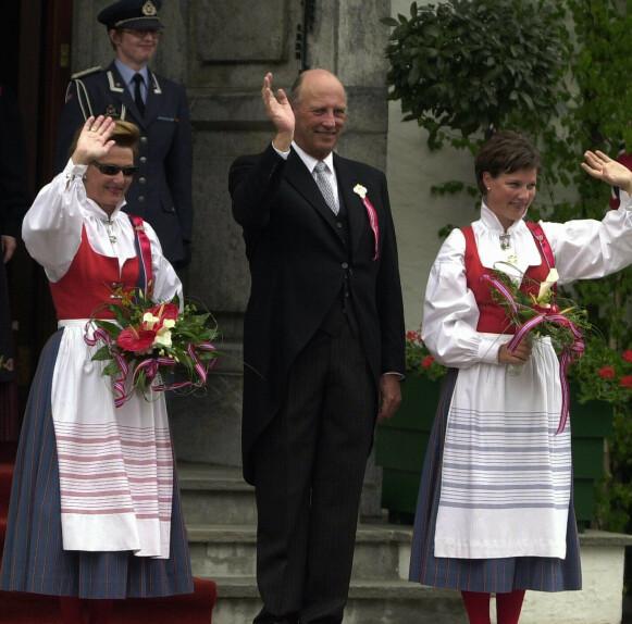 RØDT, HVITT OG BLÅTT: Prinsessen har brukt sommerbunaden fra Asker siden hun var barn. Her er hun på trappa på Skaugum i år 2000. Dronning Sonja har også den lokale bunaden. Foto: Knut Fjeldstad/NTB