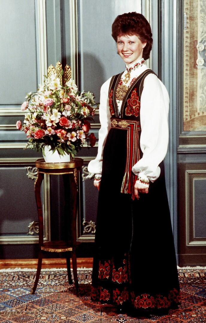 ARVEGODS: 32 år etter kronprinsesse Märtha gikk bort, ble bunaden hennes gitt videre til barnebarnet på konfirmasjonsdagen. Bunaden ble sydd av Anne Bamle, som skapte en rekke varianter av Øst-Telemarksbunaden på 1920 og 30-tallet. Denne modellen heter fremdeles «Prinsesse». Foto: Bjørn Sigurdsøn / NTB