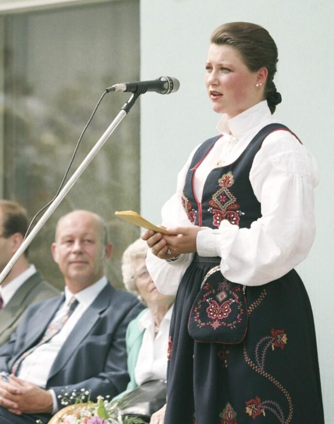 SLEKTERS GANG: I 1992 fikk prinsesse Märtha Louise fikk sin Ørskogbunad fra Sunnmøre. Den har mer broderi og lengre stakk enn bestemorens bunad, som fulgte datidens idealer for nasjonaldrakter. Her er hun i 1995. Foto: Rune Petter Ness / NTB