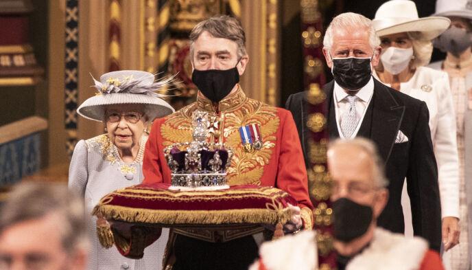 Lascia cadere la corona: quest'anno, la regina ha sostituito la corona con un cappello.  Invece, è stato trasportato su un cuscino.  Foto: Richard Pohle / Pool via AP / NTB