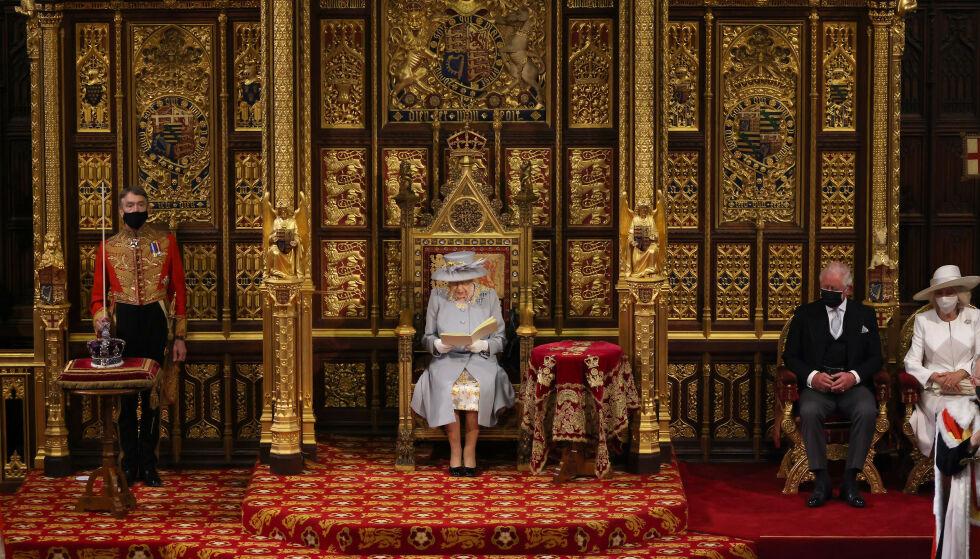Seduto da solo: il Trono della Regina ora è solo, con il principe Phillips rimosso, per la prima volta in 120 anni.  A destra è il principe Carlo e sua moglie Camilla, e a sinistra è la corona della regina.  Foto: Chris Jackson / PA / NTB Images