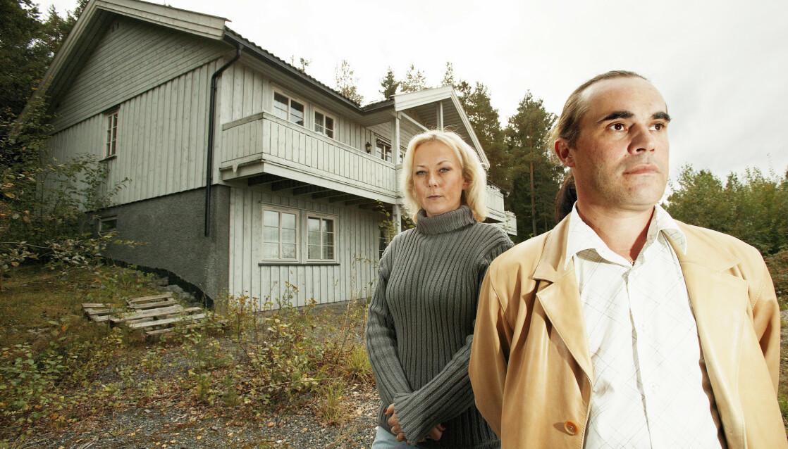 BESØKTE ÅSTEDET: Sammen med klarsynt-kollega Jørgen Gustafsson besøkte Lena Orderud gård under innspillingen av «Fornemmelse for mord» i 2003. FOTO: