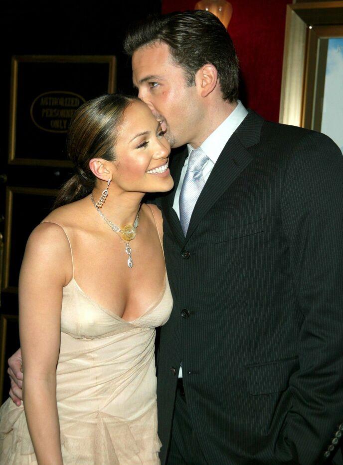 FORELSKET: Jennifer Lopez og Ben Affleck var et av Hollywoods favorittpar, og skulle gifte seg. Et bryllup ble det imidlertid ikke noe av. Her i 2002. Foto: Matt Baron / BEI / REX / NTB