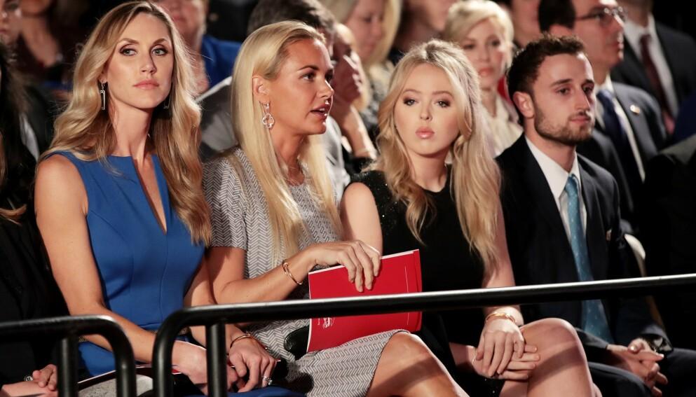 ANKLAGES: Både Donald Trumps datter, Tiffany (t.h.) og ekskona til Donald Trump junior, Vanessa Trump (i midten) anklages for å ha innledet for nære forhold til livvaktene, ifølge ny bok. Her er de to avbildet med Lara Trump i 2016. Foto: Scott Olson / AFP / NTB