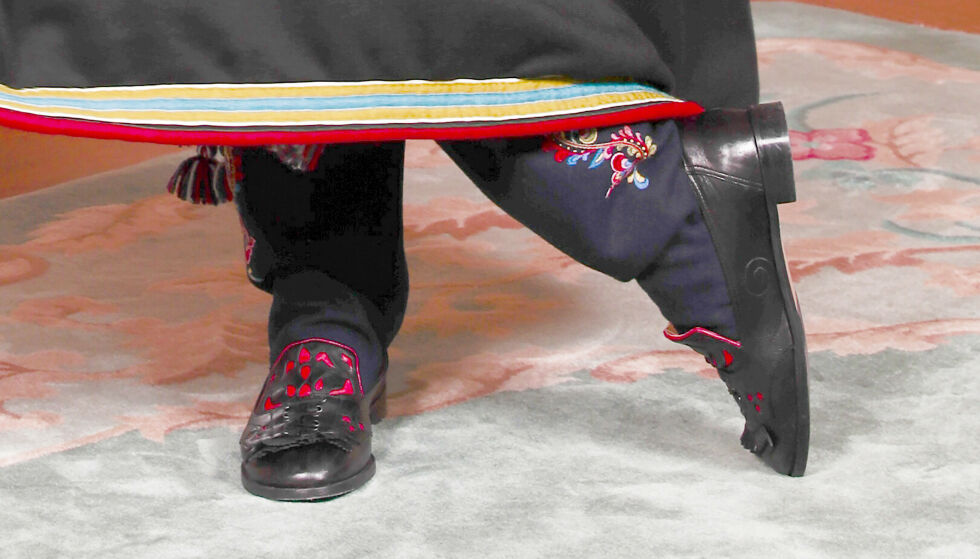 BESTEMORS GAVE: Mange timers arbeid ligger bak de broderte vadmelsstrømpene, som dronning Sonja flittig har formet med nål og tråd. FOTO: Lise Åserud/NTB