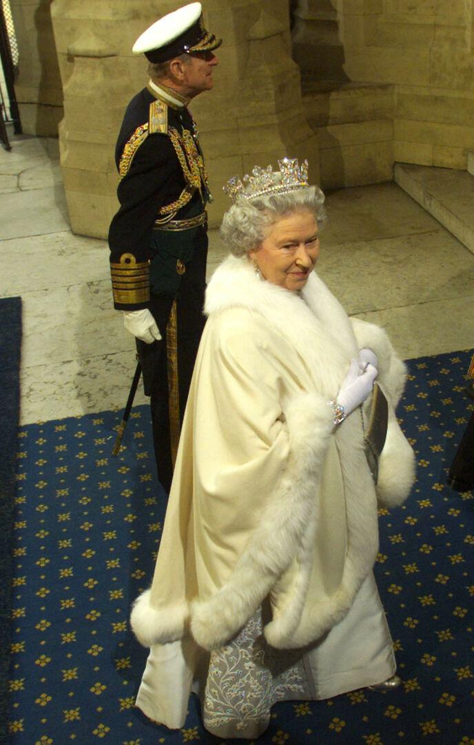 ÅPNING: Her ankommer dronning Elizabeth Parlamentsåpningen i 1999, med sin nå avdøde ektemann prins Philip ved sin side. Et søk i kjelleren var da allerede gjennomført. Foto: Russell Boyce / Reuters / NTB