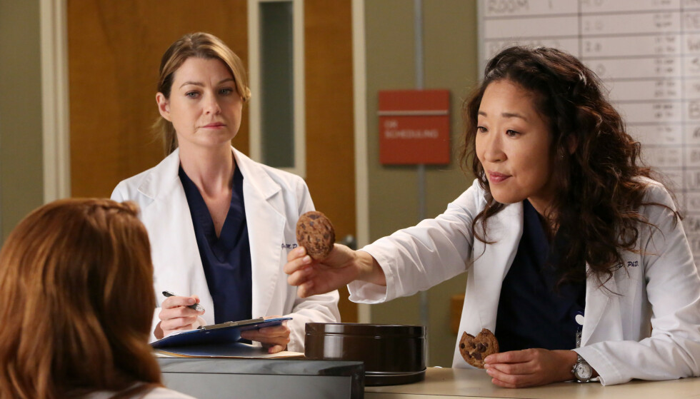 COMEBACK?: Sandra Oh ble raskt en favoritt blant fansen i rollen som Dr. Cristina Yang. Her med Ellen Pompeo i rollen som Dr. Meredith Grey. Foto: Abc-Tv/Kobal/REX/NTB