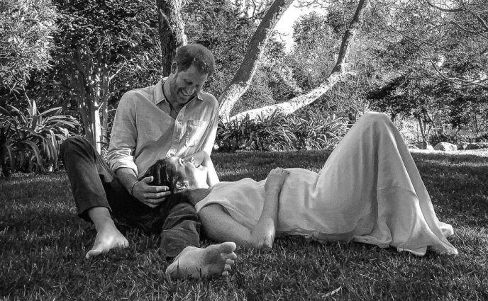 LYKKEN SMILER: Prins Harry og hertuginne har nå blitt tobarnsforeldre. Dette bildet delte i forbindelse med at gravidnyheten ble kjent. Foto: Misan Harriman / NTB