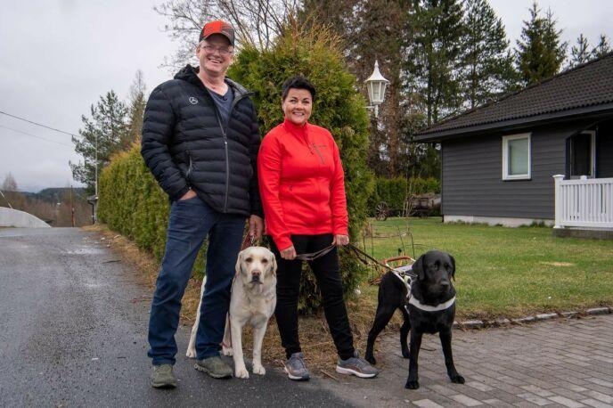 PÅ BEDRINGENS VEI: Terje Leer er frisk igjen, men fortsatt 90 prosent sykmeldt. Her er han ute på tur sammen med sin blinde kone Åse Line og hennes to førerhunder. Foto: Lars Eivind Bones