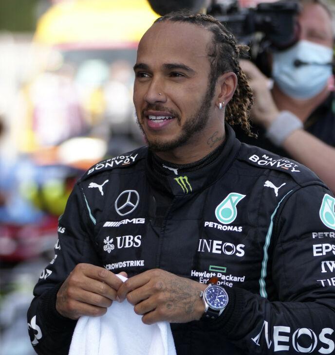 VERDENSSTJERNE: Lewis Hamilton er ofte å se på toppen av pallen etter Formel 1-løp. Han er også den som tjener mest på karrieren i år, men også privatlivet hans skaper overskrifter. Foto: Emilio Morenatti / AP / NTB