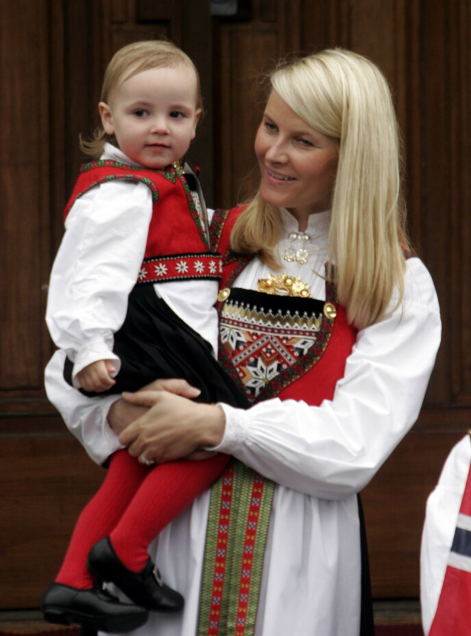 LIK BUNAD: I 2006 bar Ingrid Alexandra Hardangerbunaden hun fikk til dåpen i to år tidligere. Kronprinsesse Mette-Marit fikk sin Hardangerbunad i bryllupsgave i 2001. Foto: Jarl Fr. Erichsen / NTB