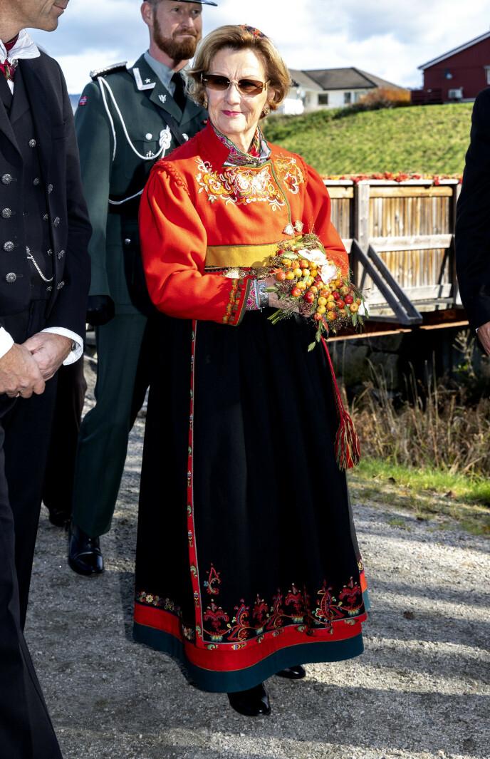 SPESIELL BUNAD: Dronningen i sin bunad fra Øst-Telemark under et besøk i Bø i Telemark i 2019. Foto: Andreas Fadum / Se og Hør
