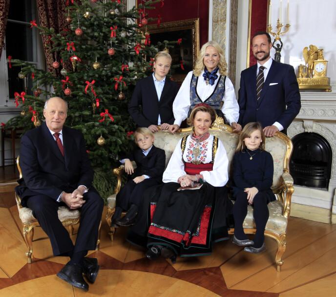 JULEFEIRING: Under julefotograferingen i 2011 hadde dronningen på sin beltestakk fra Telemark. Kronprinsessen bar også bunad. Foto: Lise Åserud / NTB