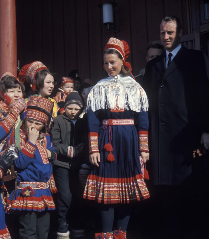GAVE: Mens Harald gikk i dress, bar Sonja samedrakten utenfor Kautokeino kirke i 1969. Foto: NTB