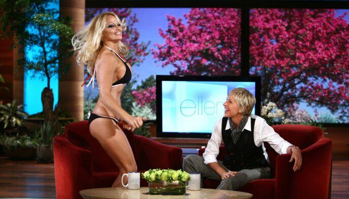 ELLEVILLE OPPTREDENER: Ellen DeGeneres har hatt det meste som kan krype og gå i kjendisverdenen i sofaen sin. Her er Pamela Anderson i full sving. Foto: Nbc-Tv/Kobal/REX/NTB