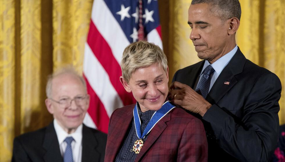 MEDALJE: I 2016 mottok Ellen DeGeneres presidentens frihetsmedalje for sin åpenhet, noe som rørte henne til tårer. Foto: Andrew Harnik / AP Photo / NTB