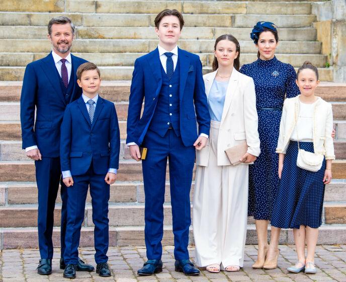 De familie van de prins: kroonprins Frederick, prins Vincent, prins Christian, prinses Isabella, prinses Josephine en kroonprinses Mary op zaterdagochtend.  Foto: Splash News / NTB