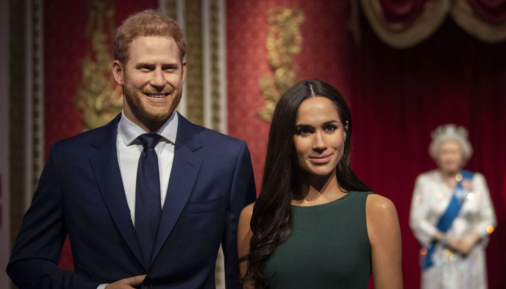VOKSFIGURER: Prins Harry og hertuginne Meghans voksfigurer i Madame Tussauds står ikke lenger med kongefamilien. Foto: Victoria Jones / PA via AP / NTB