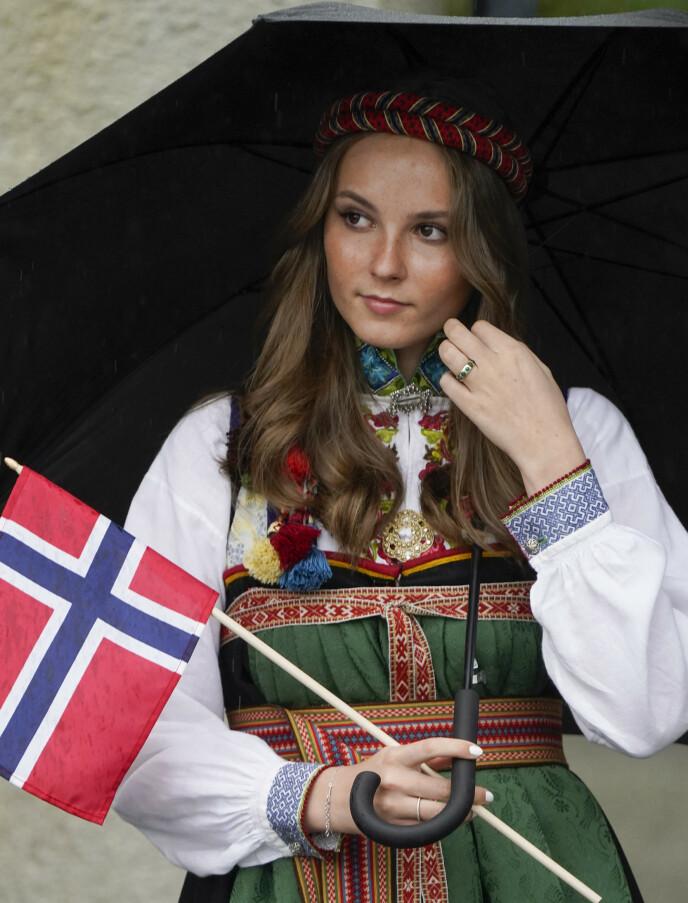 ØST-TELEMARK: Prinsessa med bunaden fra Øst-Telemark. Det er første gang hun bruke denne bunaden på nasjonaldagen. Foto: Lise Åserud / NTB
