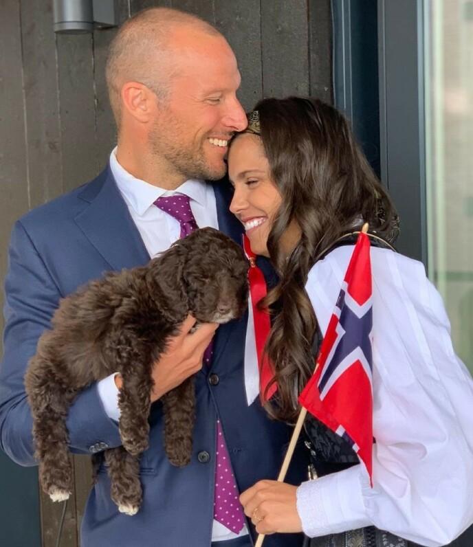 FEIRING: Paret annonserte kjærestenyheten på 17.mai. Her er de avbildet sammen med hunden Molly. Foto: Amalie Iuel / Instagram