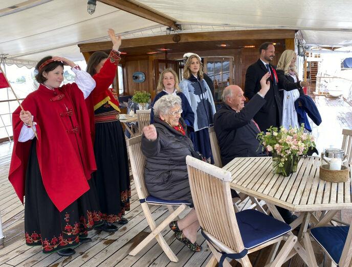 FAMILIEN SAMLET: Dronning Sonja har delt flere private bilder fra 17. mai. Her var familien samlet på Kongeskipet Norge. Foto: Dronning Sonja