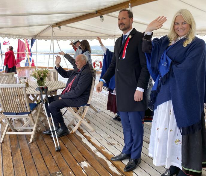 VINKET TIL FOLKET: Under båtparaden i Oslofjorden vinket kongefamilien til folket. Foto: Dronning Sonja