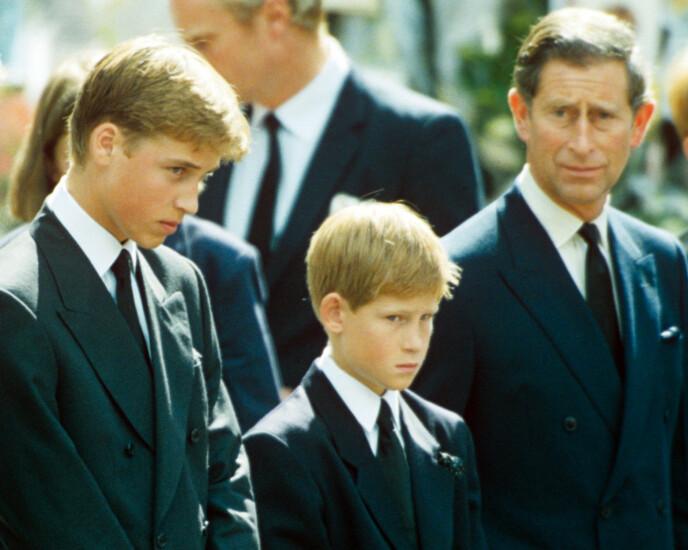 BEGRAVELSEL: Prins William og prins Harry sammen med faren, prins Charles, under Dianas begravelse i 1997. Foto: Times Newspaper/Shutterstock/NTB