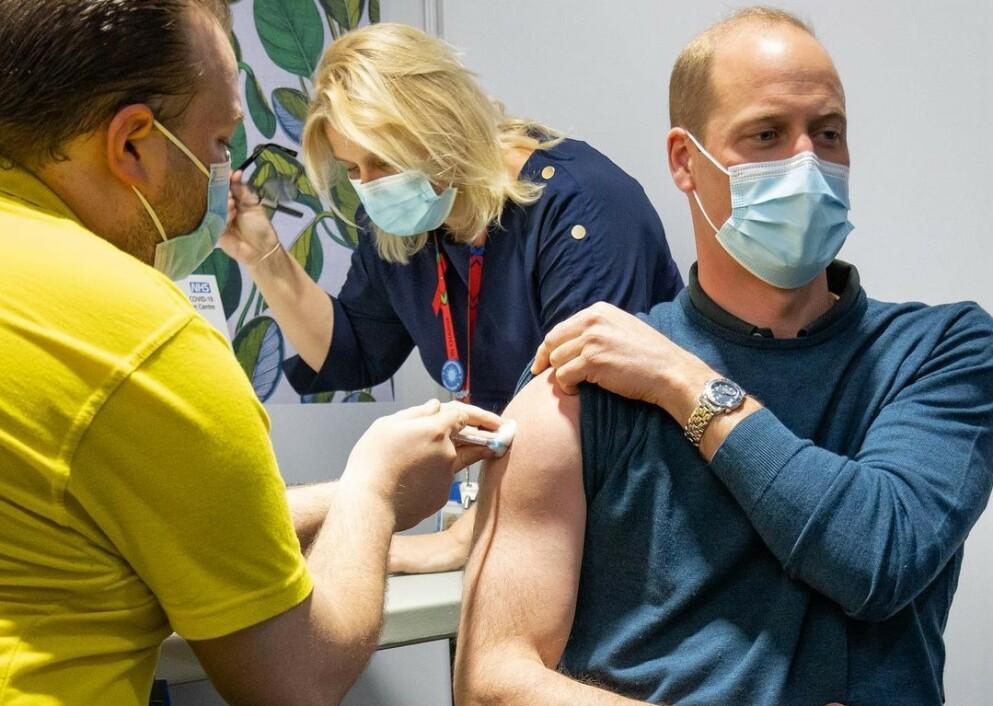 OPPSIKT: Prins William vekket oppsikt da han ble coronavaksinert denne uken. Det var imidlertid ikke vaksineringen i seg selv som fikk mest oppmerksomhet blant fansen. Foto: Duke and Duchess of Cambridge / Instagram