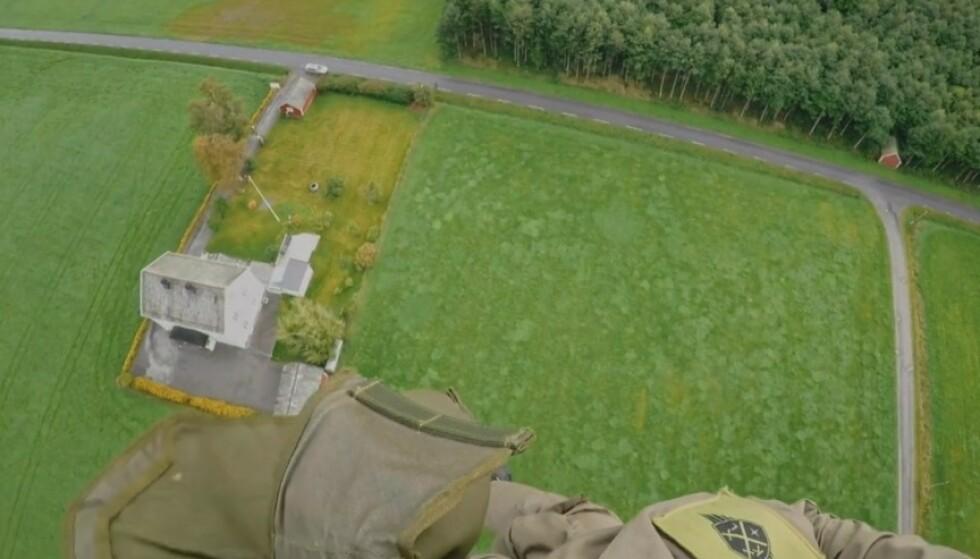 AIAIAI: Håvard Tjora og fallskermen er på full fart mot dette huset i lørdagens «Kompani Lauritzen». Foto: TV 2
