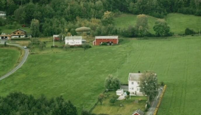 STØ, MEN FEIL, KURS: Som dette bildet illustrerer er Håvard Tjora svært nære ved å deise inn det gigantiske gårdshuset. Foto: TV 2