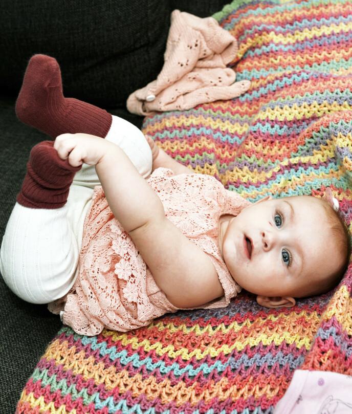SJARMTROLL: 7. september 2020 ble Stella født. En velskapt jente på 4390 gram og 53 centimeter. Nå er hun ni måneder og foreldrenes store stolthet. Foto: Kai Rehn