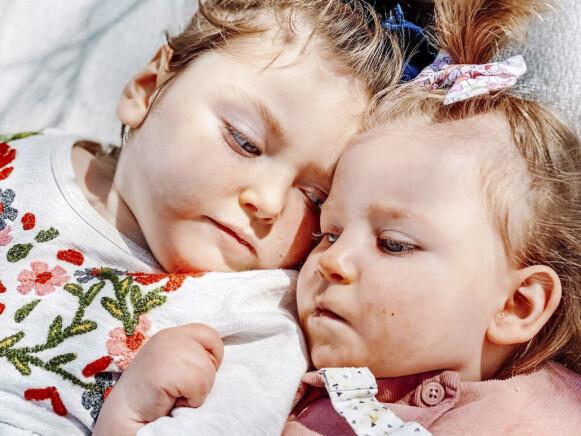 NÆRT BÅND: Hjernene deres utvikler seg ikke, men likevel har jentene knyttet bånd med hverandre. Foto: Caters