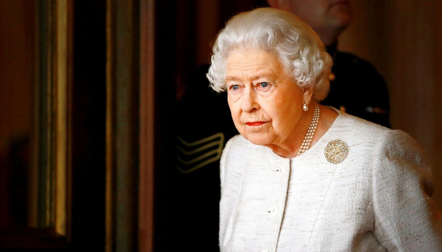 BEKYMRET: Dronning Elizabeth har alltid satt monarkiet foran alt - og må den nærmeste tiden løse flere dilemmaer. FOTO: Shutterstock