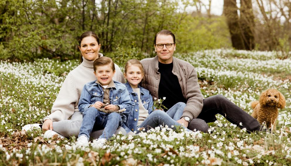 NYE BILDER: Victoria og Daniel lot seg nylig avbilde sammen med barna Oscar og Estelle i hagen på Haga slott. Foto: Linda Broström / Det svenske kongehuset