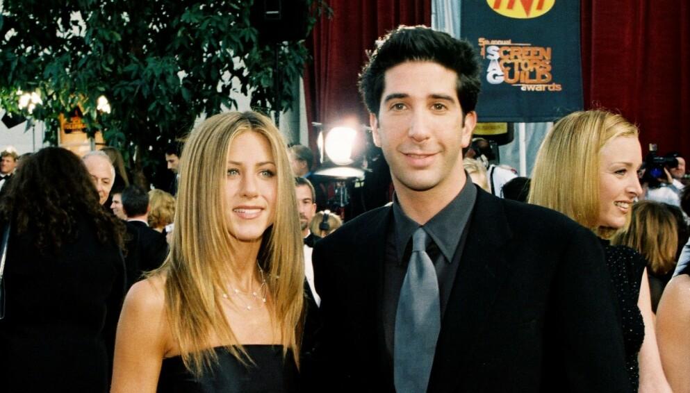 HEMMELIG ROMANSE: Jennifer Aniston og David Schimmer hadde et ekstra godt øye til hverandre under «Friends»-tiden. Her er duoen avbildet i 1999. Foto: Bei / REX / NTB