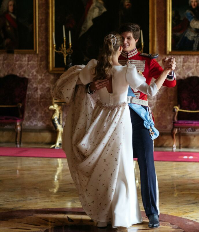FØRSTE DANS: Carlos og Belén svingte som nygifte over slottsgulvet i Palacio de Liria i Madrid. Foto: Thorton / Picture Press EUR / SIPA / Shutterstock / NTB