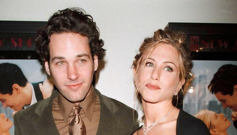UTEBLE: Da «Friends»-gjenforeningen rullet over skjermer verden over torsdag, var det flere store stjerner som var savnet, blant andre Paul Rudd. Her avbildet med Jennifer Aniston i 1998. Foto: REX / NTB