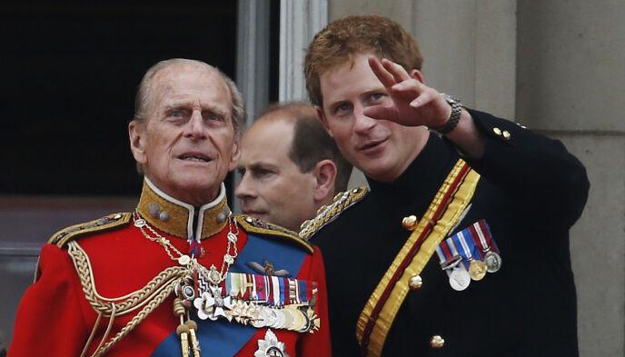 GODT FORHOLD: Til tross for et litt anstrengt forhold til kongefamilien, sørget prins Philip for at prins Harry får sin del av arven. Foto: Lefteris Pitarakis / AP Photo / NTB