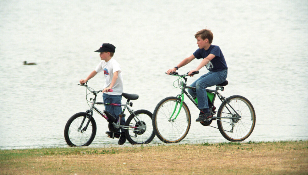 BRØDRE: William og Harry var ofte å se syklende rundt, som et hvilket som helst annet brødrepar. Her avbildet i Kensington Gardens i 1993. Foto: Brendan Beirne / REX / NTB