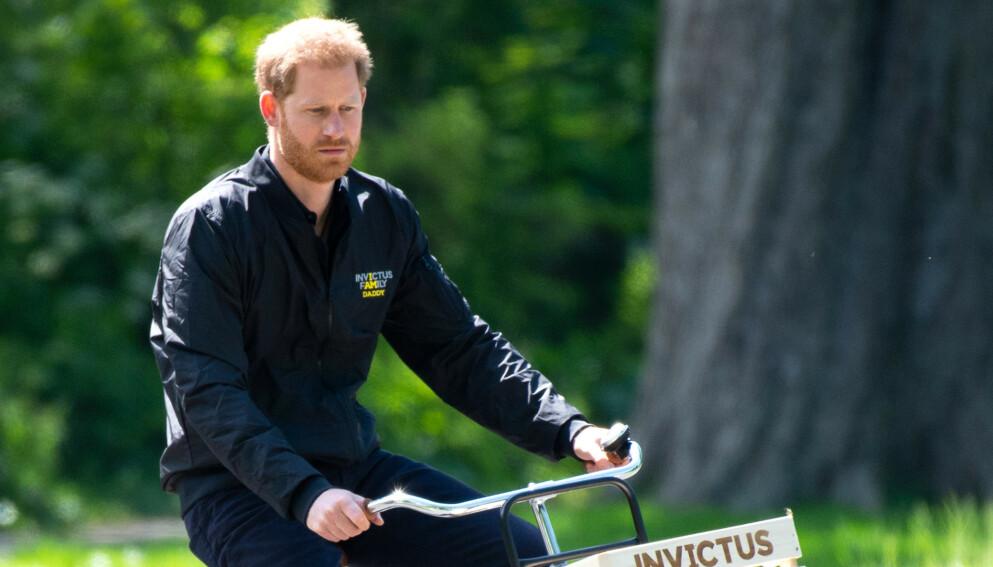 PÅ SYKKEL: Prins Harry er ofte å se på sykkelsetet. Han hevder imidlertid at det aldri var noe han fikk gjøre som barn. Det stemmer ikke, ifølge nye bildebevis. Foto: SplashNews / NTB