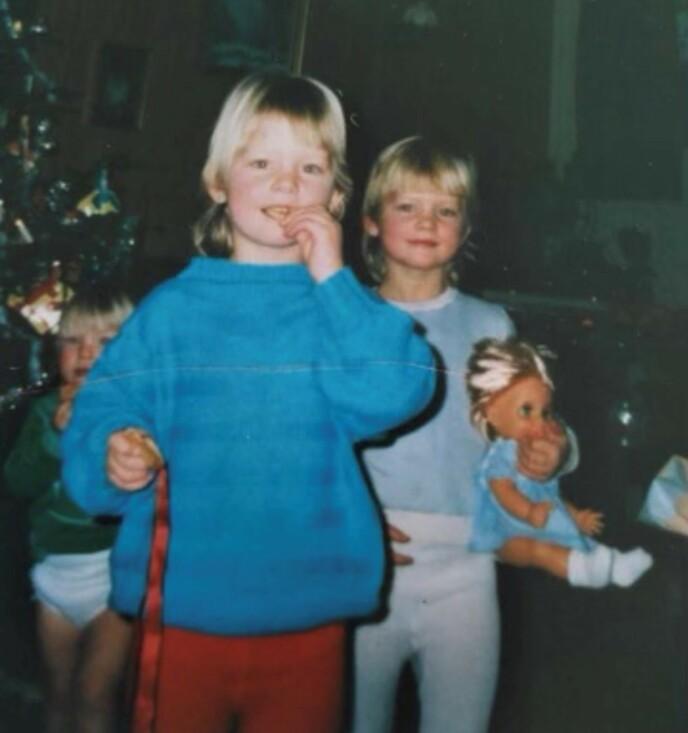 TIDLIG KRØKES: Tvillingsøstrene Trude og Trine hjemme på Toten under en julefeiring i barndommen. Foto: Privat